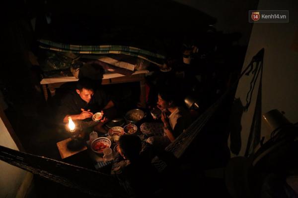 Bữa cơm đạm bạc bên ánh đèn leo lét sau ngày bão