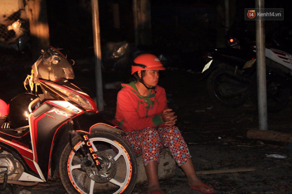 Người phụ nữ thất thần vì cơn bão số 12 đã cướp sạch đi nhưng lồng bè nuôi cá của gia đình mình…ảnh kênh 14