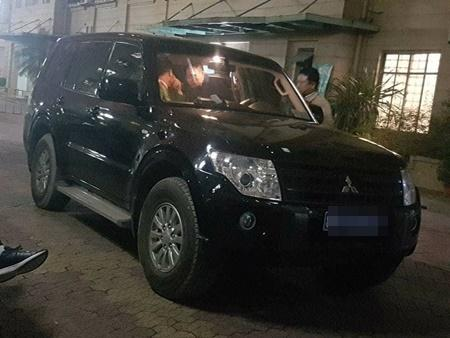 Một chiếc ô tô mang biển xanh đã có mặt ở trước khu vực nhà riêng ông Đinh La Thăng. Ảnh: Vietnamnet