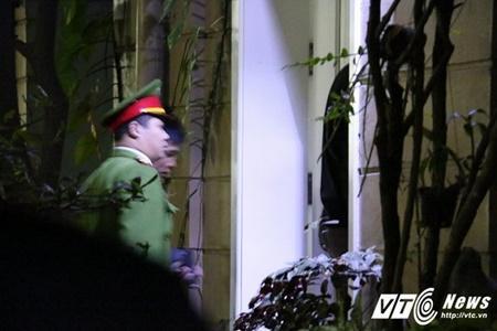 Lực lượng công an có mặt tại khu nhà. Ảnh: VTC News