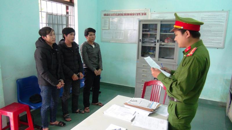 PC45 tống đạt các quyết định khởi tố bị can, bắt tạm giam các đối tượng tại thị xã Điện Bàn tham gia vụ gây rối. Ảnh: M.T