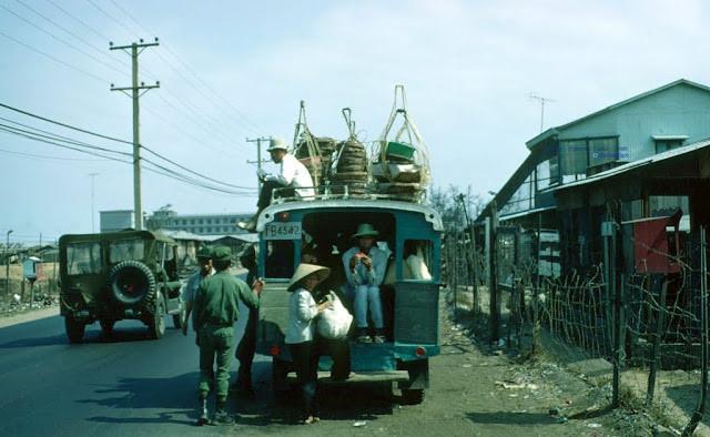 Một chiếc xe buýt cỡ nhỏ chất đầy hàng hóa và cả hành khách trên nóc. Ảnh tư liệu.