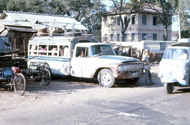 Một chiếc xe buýt khá tồi tàn sắp xuất bến ở Sài Gòn. Ảnh tư liệu.