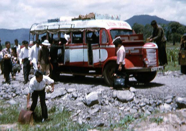 Hành khách vác hành lý xuống đường khi một chiếc xe phải dừng lại để sữa chữa. Ảnh tư liệu.