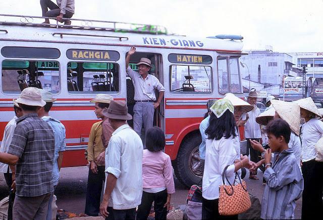 Xe khách chạy tuyến Rạch Giá - Hà Tiên ở tỉnh Kiên Giang. Ảnh tư liệu.