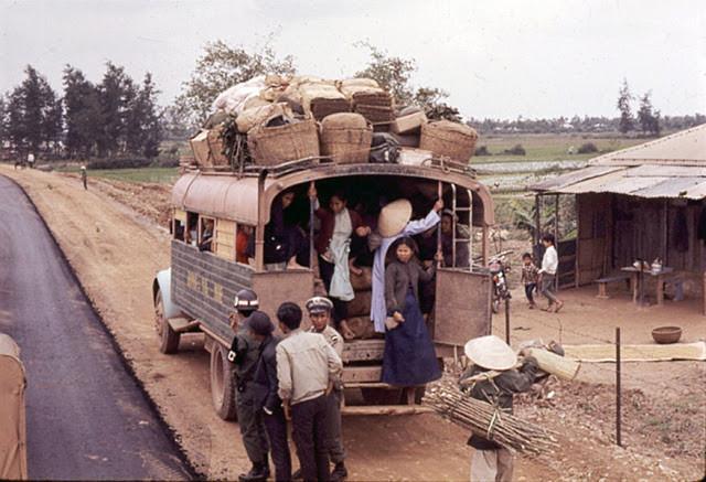 Cảnh sát kiểm tra một chiếc xe buýt chật ních hành khách và hàng hóa. Ảnh tư liệu.