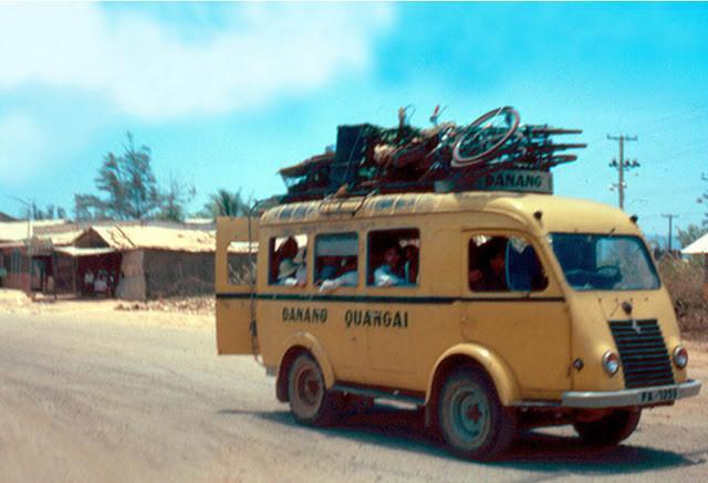Xe buýt mini chạy tuyến Đà Nẵng - Quảng Ngãi. Ảnh tư liệu.