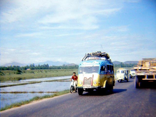 Một chiếc xe buýt rực rỡ màu sắc ở Đà Nẵng. Ảnh tư liệu.