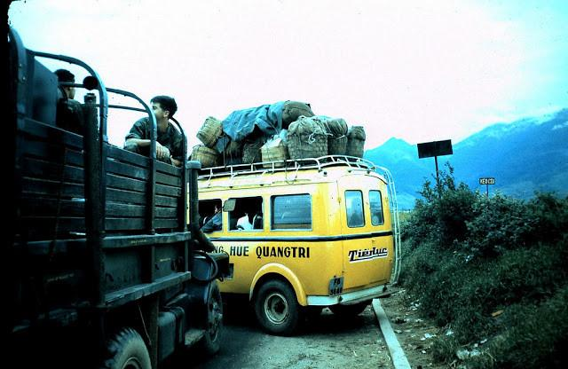 Xe khách Huế - Quảng Trị tại một điểm dừng. Ảnh tư liệu.