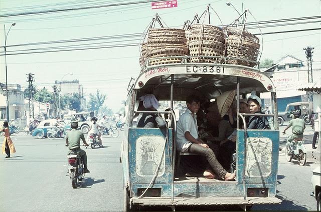 Một chiếc xe buýt chở đầy mẹt trên nóc. Ảnh tư liệu.