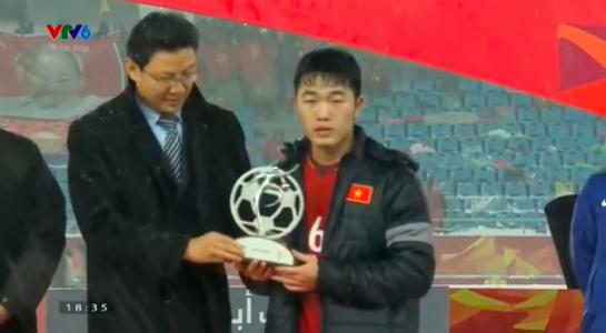 Xuân Trường lên nhận giải Fair Play cho tuyển U.23 Việt Nam