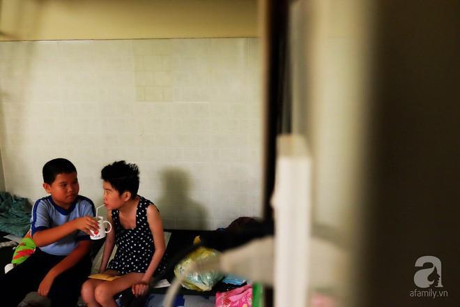 Không chỉ chăm vợ, anh Sềnh còn phải lo lắng cho con riêng đang học lớp 5 của chị Trâm.