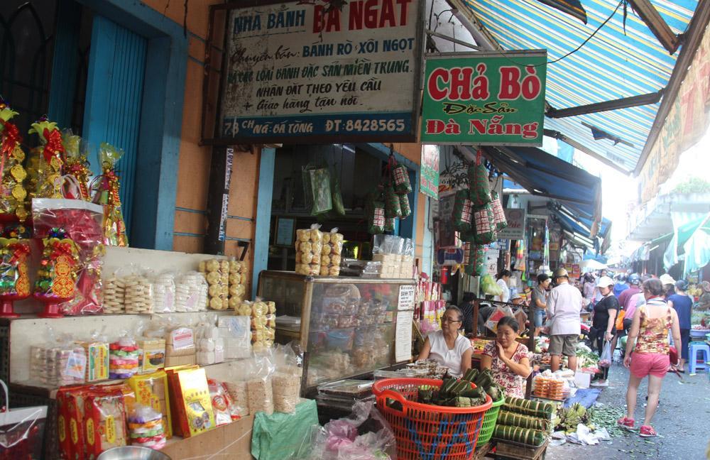 Cửa hàng và nhà ở của bà Ngất (áo trắng) mua của bà Hoa từ năm 1974