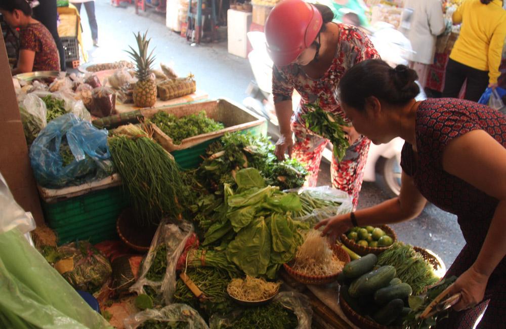 Sạp rau xanh của bà Hai Cưng. Đây là nơi duy nhất bán rau từ Quảng Nam đưa vào với những loại rau đặc trưng.