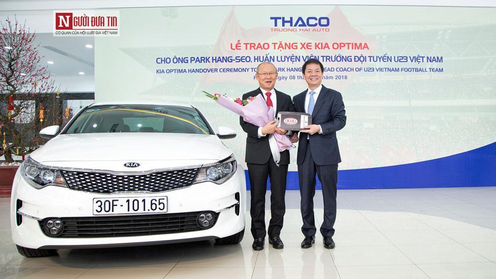 Ông Trần Bá Dương - Chủ tịch CTCP ô tô Trường Hải trao xe cho HLV trưởng đội tuyển U23 Việt Nam.