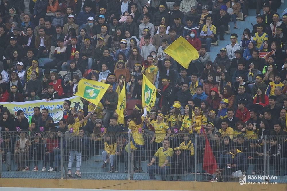 Trên khán đài, khoảng 6.000 CĐV xứ Nghệ cổ vũ hết mình cho đội bóng với hi vọng đội nhà có được bàn thắng dẫn trước. Ảnh: Trung Kiên