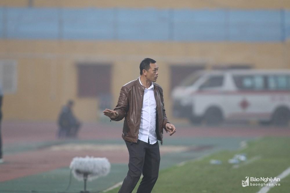Bước sang hiệp 2, HLV Nguyễn Đức Thắng liên tục chỉ đạo các cầu thủ dâng cao tìm kiếm bàn gỡ. Ảnh: Trung Kiên
