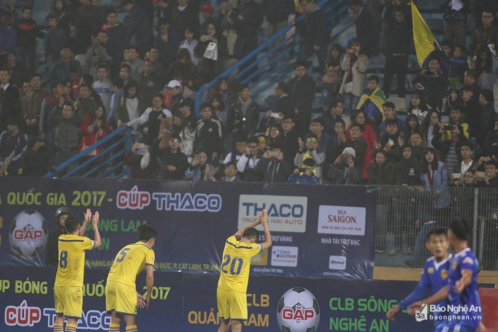 Trận đấu kết thúc với tỷ số 1-0 nghiêng về Quảng Nam. Các cầu thủ xứ Nghệ đi về phía CĐV tạ lỗi và cảm ơn. Ảnh: Trung Kiên
