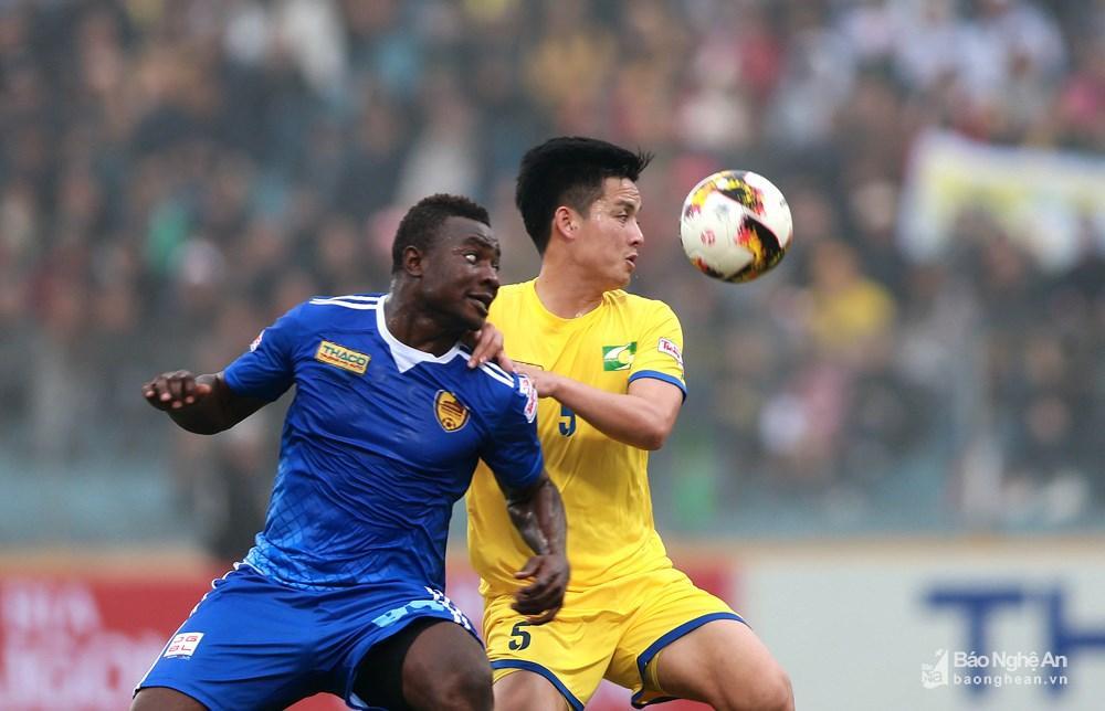 Trước nhà vô địch V.League 2017 thi đấu với 2 ngoại binh và 1 cầu thủ nhập tịch, trung vệ Hoàng Văn Khánh và hàng phòng ngự SLNA đã có một hiệp 1 cực kỳ vất vả. Ảnh: Trung Kiên