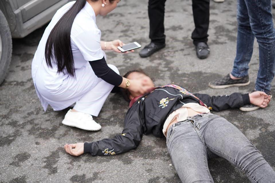 Dù được nhân viên y tế can thiệp nhưng cô nàng vẫn không có dấu hiệu mở mắt - Ảnh: FB L.N