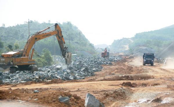 Nhiều vướng mắc mặt bằng, cản trở thi công đang ảnh hưởng tiến độ triển khai dự án thông tuyến cao tốc Tam Kỳ - Quảng Ngãi