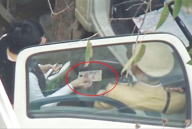 Người phụ nữ vi phạm luật giao thông đưa 200.000 đồng xin bỏ qua lỗi nhưng bị CSGT yêu cầu đưa thêm 100.000 đồng mới cho qua.