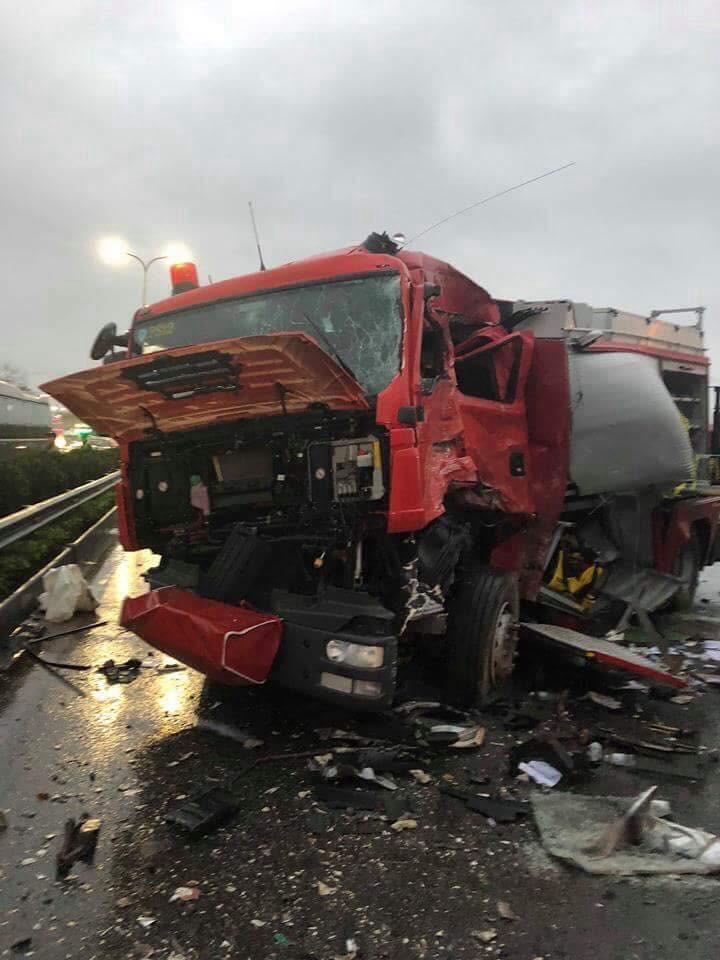 Hiện trường vụ va chạm giao thông trên cao tốc