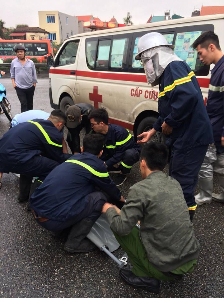 Các chiến sĩ PCCC đưa nạn nhân bị thương đi cấp cứu