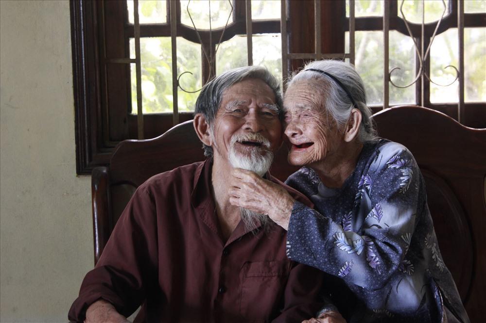 Cùng nhau đi qua hơn 60 mùa mưa nắng, tình yêu của ông Sẻ và Lợi khiến nhiều người ngưỡng mộ.