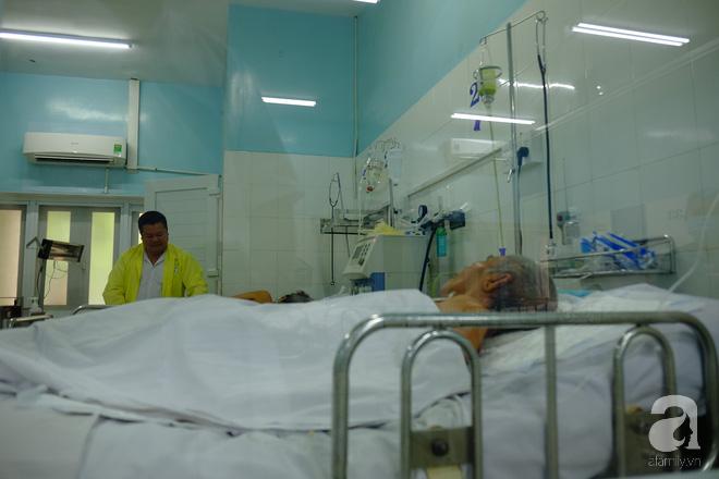 Trong khi bệnh nhân giường bên cạnh có con chăm sóc.