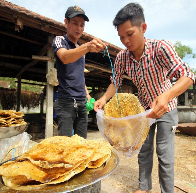 Mỗi chiếc bánh nhúng đường có giá 5.000 đồng.