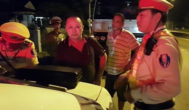 Tổ tuần tra CSGT lập biên bản vi phạm hành chính tài xế xe tải Đào Ngọc Tấn.