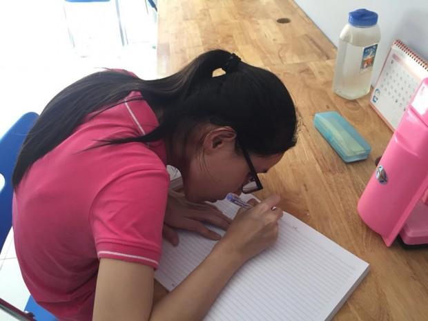 Với một cô gái bị bệnh mắt bẩm sinh như Trâm, việc học tập quả không phải điều dễ dàng.