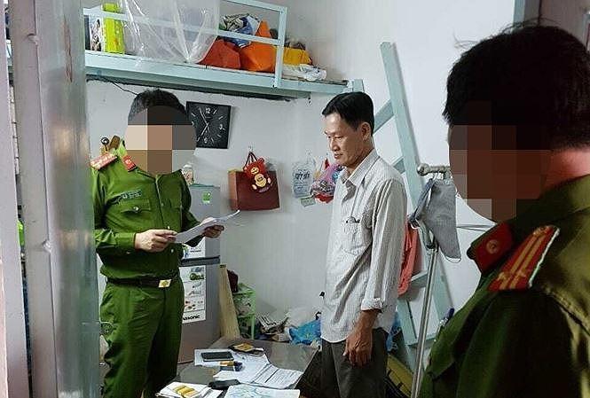 Lư Vĩnh Lợi bị cảnh sát bắt giữ, khám xét.