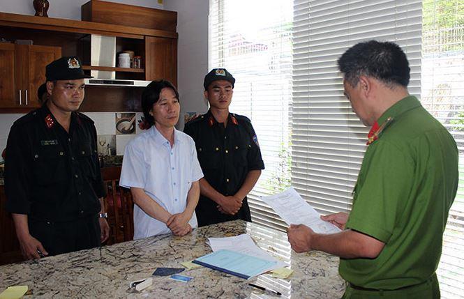 Cảnh sát đọc lệnh bắt giữ Phạm Văn Thái.
