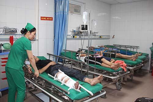 Các nạn nhân trong vụ tai nạn được chuyển về bệnh viện 115 Nghệ An. Ảnh: Nguyễn Hải.