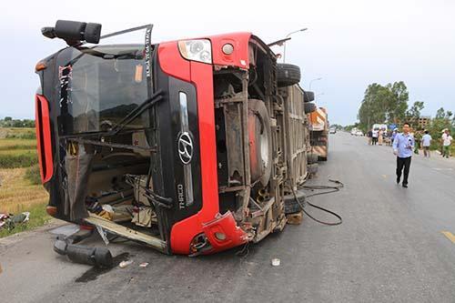 Cảnh sát điều xe cẩu đến đưa ôtô khách từ dưới ruộng lên mặt đường. Ảnh: Nguyễn Hải.
