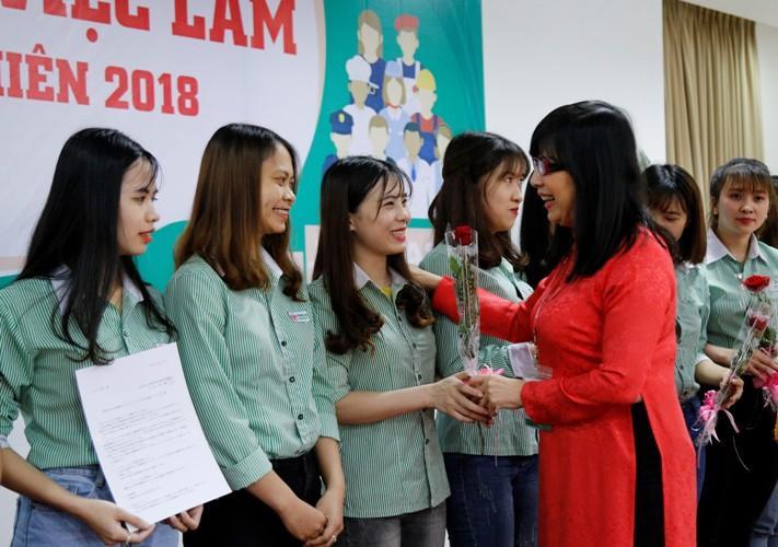 Lãnh đạo trường ĐH Đông Á tặng hoa cho sinh viên tốt nghiệp 2018