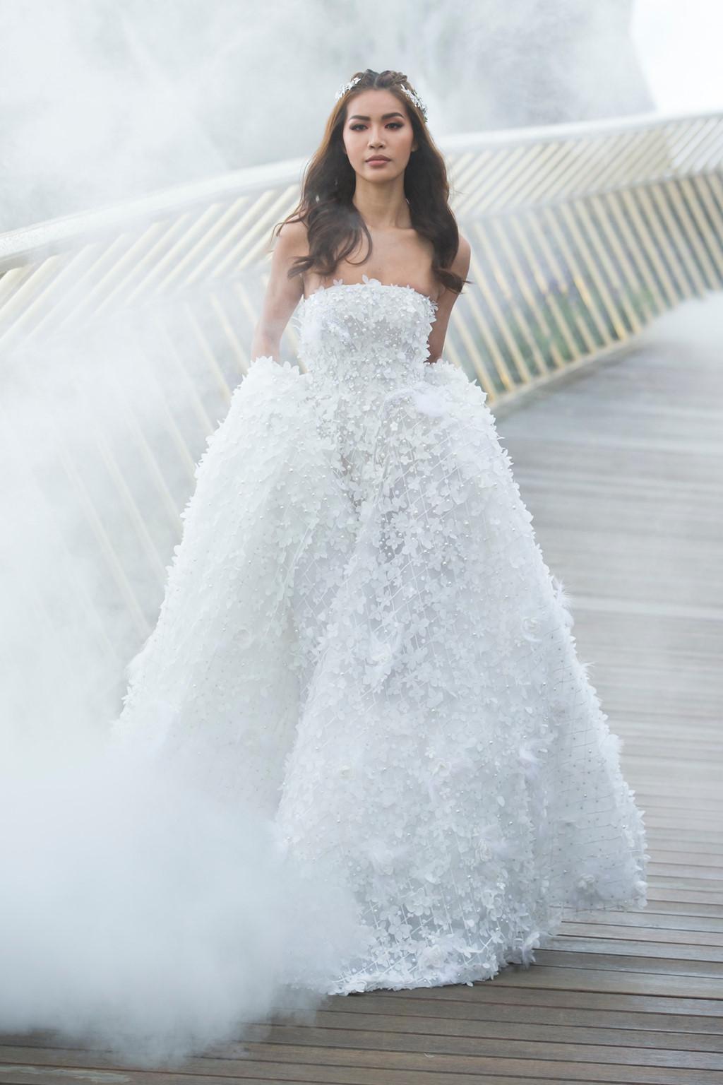 """Trong khi đó, Minh Tú đem đến diện mạo hoàn toàn khác biệt. HLV The Face mùa 2 hoá hoá """"Nàng Mây"""" khi khoác lên mình bộ váy cưới được kết từ 50.000 cánh hoa tỉ mỉ."""