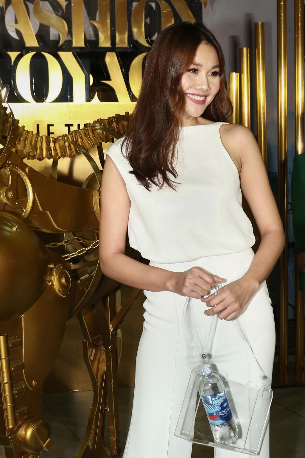 Thanh Hằng xuất hiện với trang phục tối giản nhưng tạo điểm nhấn ấn tượng với phụ kiện túi trong suốt làm nổi bật các item thời trang bên trong.