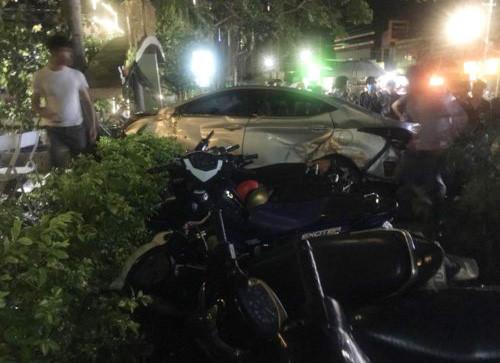 Ôtô tông nhiều xe máy sau khi lao vào quán cà phê. Ảnh: Trần Lộc.