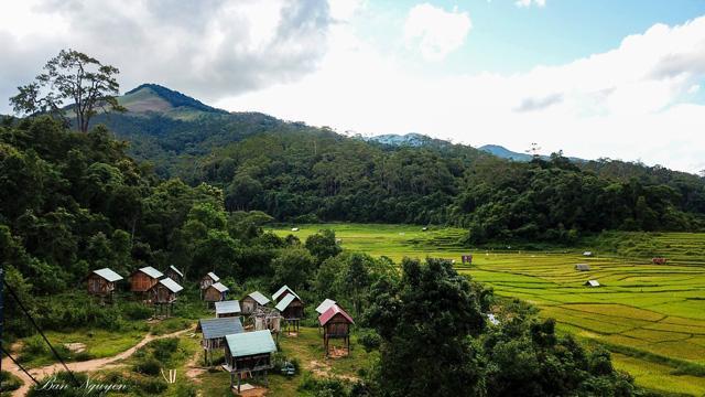 Cảnh quan nơi đây rất đặc biệt với rừng nguyên sinh, rừng thông cùng nhiều hồ và thác nước, thuận lợi cho phát triển du lịch sinh thái và nghỉ dưỡng. Ảnh: Ban Nguyen.