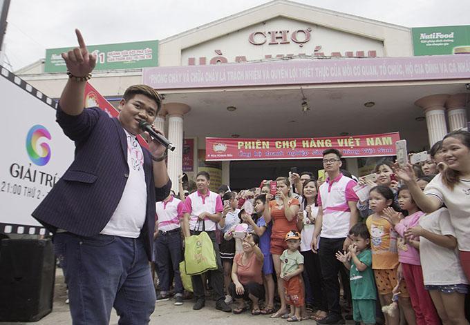 Đoàn phim đã dựng sân khấu tại một góc chợ để ca sĩ Ôn Vĩnh Quang thể hiện