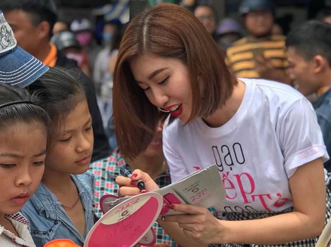 Thúy Ngân được các em nhỏ vây quanh để xin chữ ý. Nhiều khán giả nhận xét cô ở ngoài trông hiền và dễ thương hơn trong phim rất nhiều.