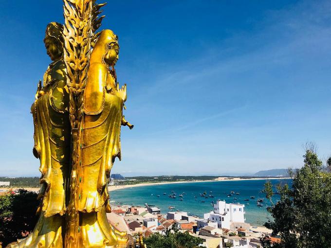 Pho tượng Phật đôi hướng ra biển Quy Nhơn trong xanh - một cảnh tượng vừa bình yên vừa kỳ vĩ. Ảnh: anjeilo
