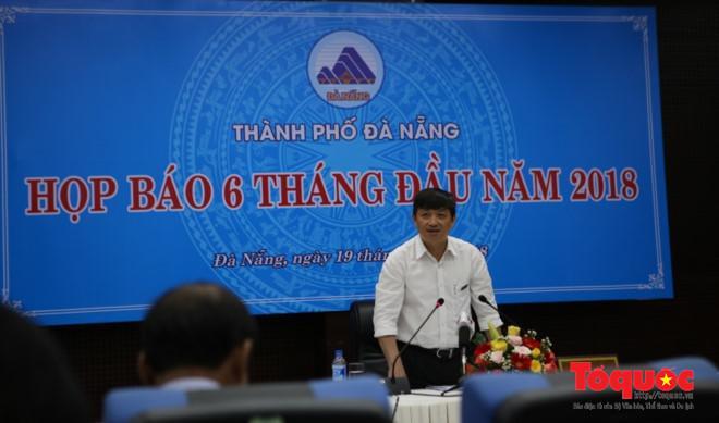 Phó Chủ tịch UBND TP Đà Nẵng Đặng Việt Dũng chủ trì buổi họp báo. Ảnh: Đức Hoàng