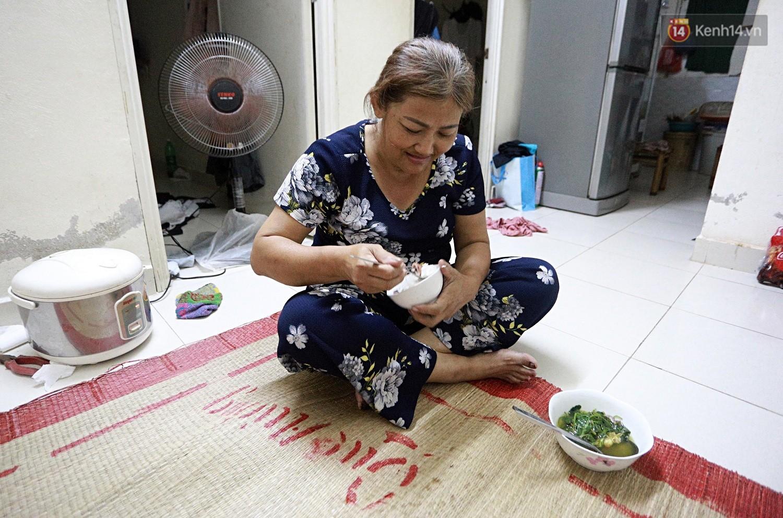 Hơn 21 giờ, cô Vân trở về nhà, ăn cơm tối một mình nhưng cô vẫn cười rất tươi sau một đêm đi trực cùng các chị em và nghĩ về đứa con trai hiếu thảo của mình sắp cưới vợ...