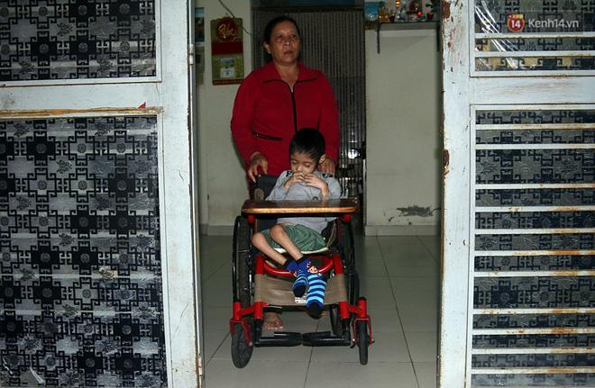 Hơn 10 năm qua, chị Huệ phải một mình nuôi đứa con trai bị động kinh.