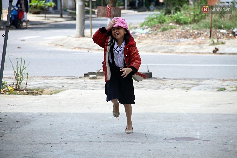 Dù vất vả đến đâu, những người phụ nữ này vẫn cố gắng cho con cái đi học để mong có cuộc sống tốt đẹp hơn.