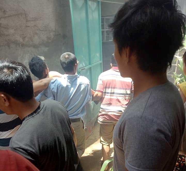 Người dân hỗ trợ đưa các nạn nhân đi cấp cứu.